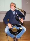 Raoul Le Chenadec présente le serpent, instrument pratiqué par Matilin an Dall avant de s